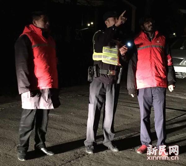 洋老外的中国新年:身披红马甲践行烟花禁燃_