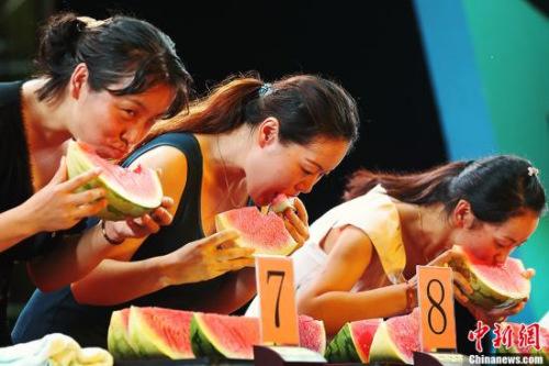 资料图:一场吃西瓜大赛在南京紫金山明孝陵前的梅花山大草坪上开赛。中新社发泱波摄