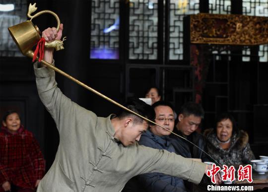 重庆老茶馆宾客满堂 小伙表演