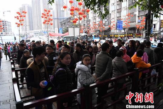 春节假期重庆千年古镇磁器口游客爆棚