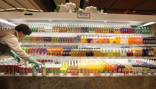 图:工作人员在韩国乐天百货沈阳店超市内摆放货品.新华社记者姚