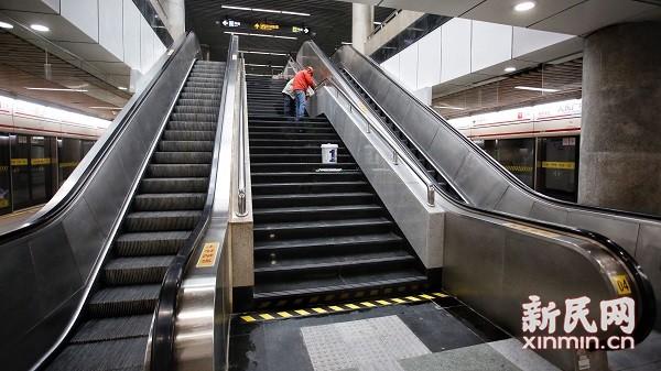 图说:电梯改造已经完成验收,在进行相关保洁工作。新民晚报新民网 萧君玮 摄