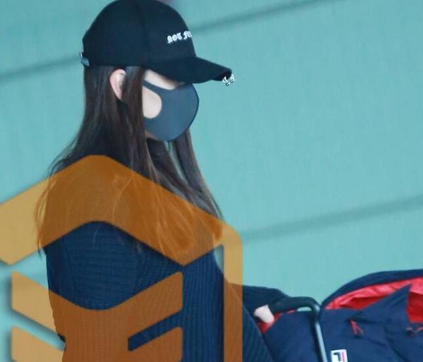 马苏独自现身机场,素颜戴口罩难掩倦容