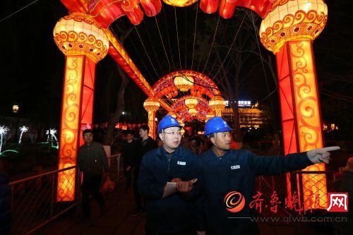 濟南供電公司用電檢查員在趵突泉花燈會現場巡視檢查。通訊員 劉洪金攝