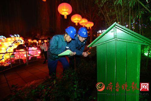濟南供電公司用電檢查員正在趵突泉花燈會現場巡視檢查供電設備。通訊員 劉洪金攝