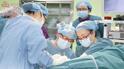 李瑾瑜主任为患者实施微创手术援助,手术非常成功