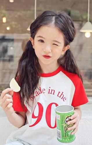 她是是韩国,英国的混血小女孩,3 岁就开始当起小小模特儿,清秀可爱