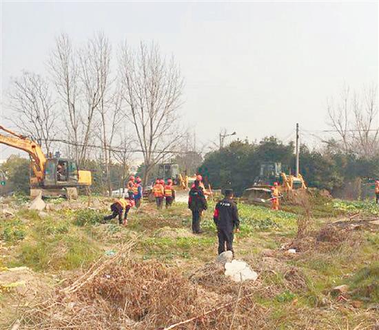 下沙路聚首路整治配图 下沙路是杭州中心城区来回下沙的主干道之一,聚首路是连接下沙路和之江东路的一条重要道路。有很多开车的司机反映,这两条路的交接处附近,有一大片空地,脏乱差情况严重。2月26日早上,三辆铲车和一辆挖土机开到了这片空地上,这片垃圾成堆、违法种菜的空地初步估计面积约5万平方米,预计清理需要一周时间。清理平整后,这里将作为义务植树基地。 本报记者 朱燕 文/摄