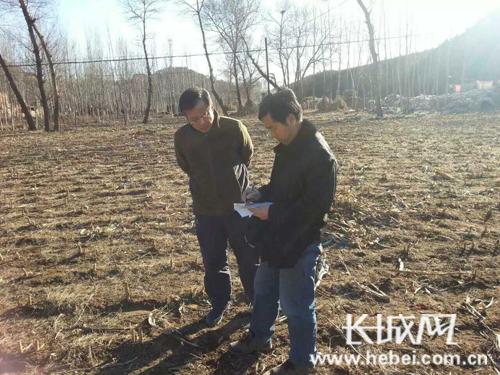 河北旅游职业学院李世教授赴村考察土地,指导种植。蔡瑞强 摄