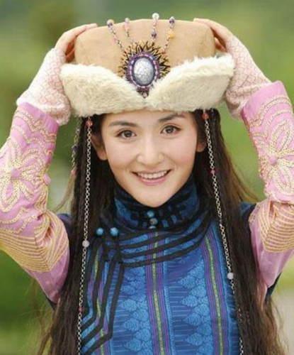 但谢娜的努力奋斗极具正能量,还是一身蒙古装演技不俗的华筝公主.