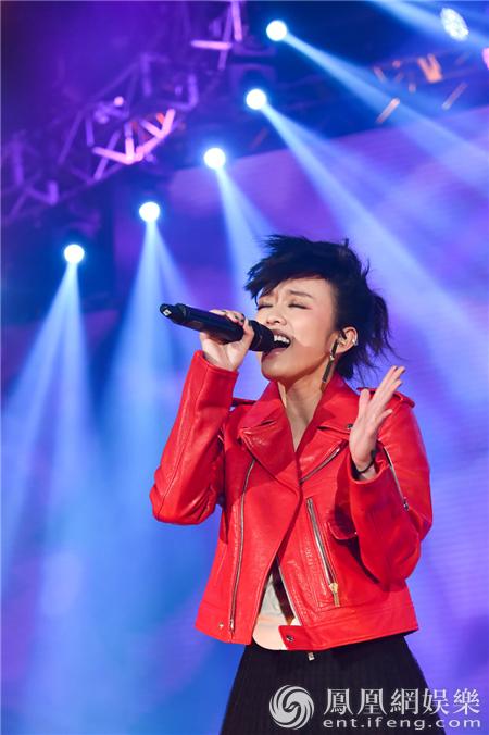 陈明憙亮相香港亚洲流行音乐节 李克勤为她加油打气