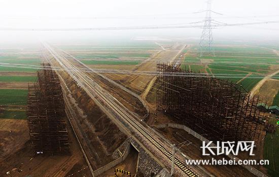 锡盟-泰州特高压线路工程成功跨越邯黄铁路。(图片由河北省送变电公司提供)