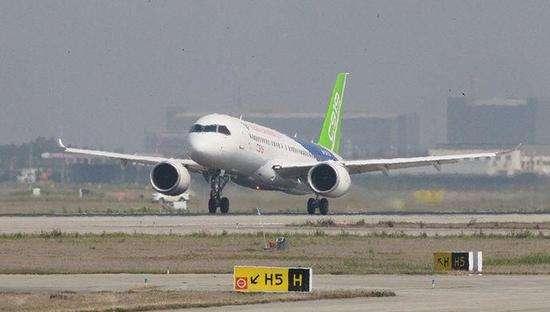 美国有线电视新闻网4月23日文章,原题:中国首架大型客机扫清起飞前最后障碍 中国首架大型客机刚刚通过一场极重要的试验,该国也因此向成为能制造大型客机的少数国家又迈近了一步。据报道,中国商用飞机有限责任公司制造的C919客机周日在上海完成其地面阶段的最后测试,该机有168个座位,与目前世界上最流行的客机空客A320和波音737-800相当。从外表看,中国的新客机与空客和波音飞机相似。它的设计是中西方航空设计的一种融合,其引擎与空客最新机型的发动机近乎一样。而其内部设计可能比西方同类飞机更加舒适。C919增
