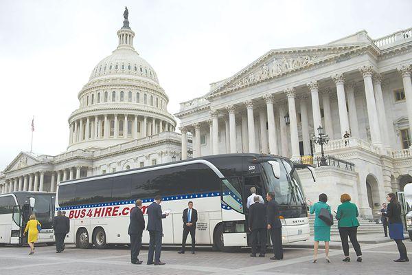 当地时间26日,由于总统特朗普要求变更开会地点,美国百位参议员在国会山登上大巴前往白宫出席朝鲜半岛局势吹风会。