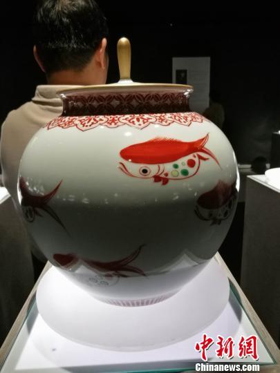 崔迪作品《红绿彩如意纹碧水红鱼宝珠罐》。 郑小红 摄