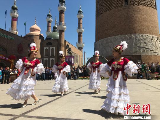 """""""快闪""""活动中的哈萨克族舞蹈表演。迪娜 摄"""