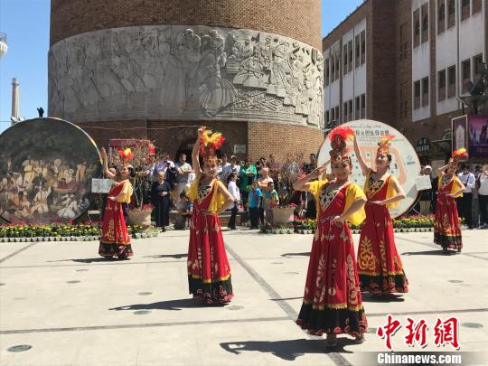 """""""快闪""""活动中的维吾尔族舞蹈表演。迪娜 摄"""