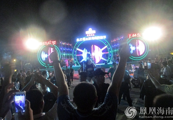 海边喝酒聊天看表演 海南东方青岛啤酒节开启9天狂欢季