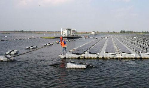 位于安徽省淮南市的全球最大漂浮式太阳能电站的一组太阳能板。(法新社)