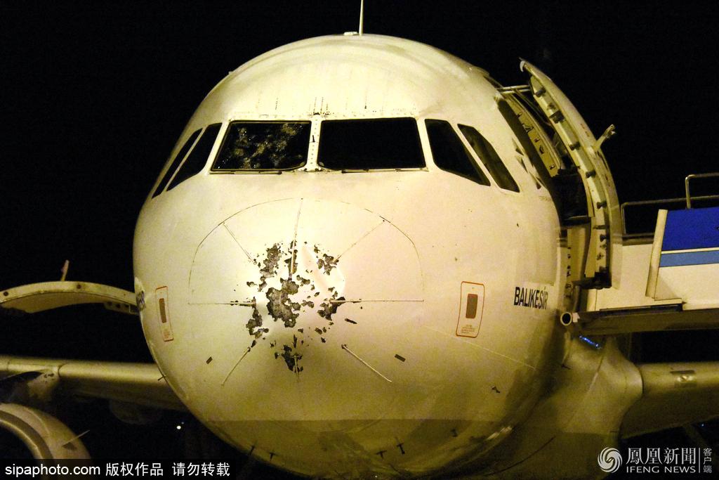 一架因冰雹紧急迫降的飞机