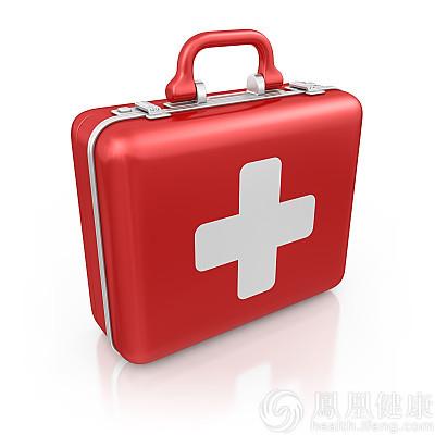 护士跪车底地面救人20分钟 双膝被烫伤脱皮