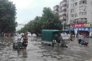 河南遭遇特大暴雨 城区积水成河