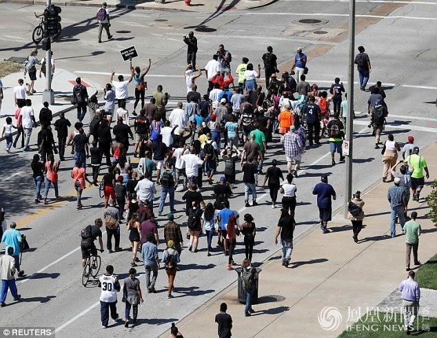 美国白人警察枪杀黑人被判无罪 数百人上街抗议