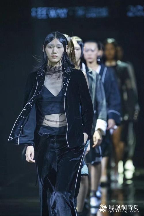 凤观青岛  闭幕典礼上,中国服装设计师协会副主席郎平,中国(青岛)国际