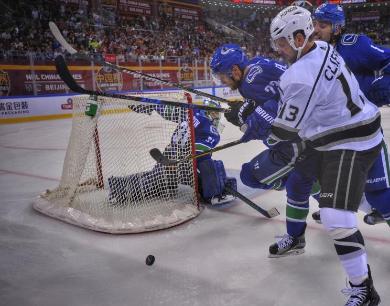 世界顶级冰球联赛空降北京五棵松 上演点球大战