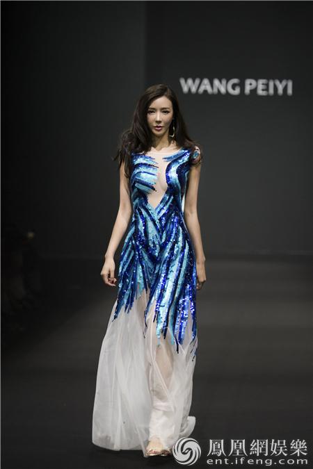 明星  近日,周韦彤受邀出席国内某著名服装设计师春夏系列新品发布会