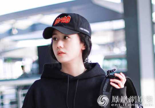 刘芸机场玩转街头风 身着帅气卫衣完美演绎酷girl