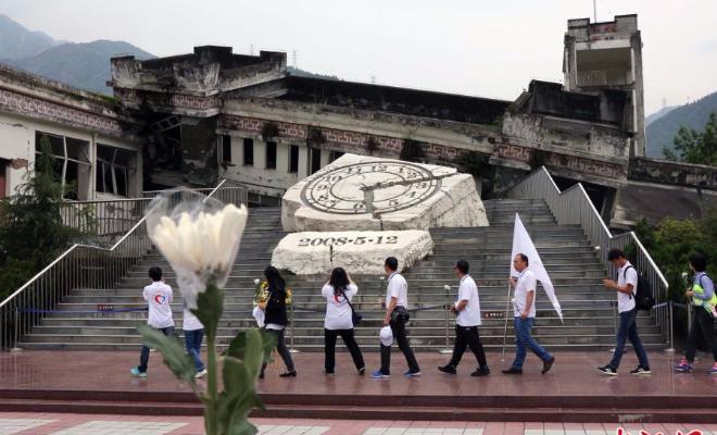 医务志愿者悼念汶川特大地震遇难同胞