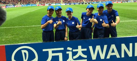 中国小旗手亮相世界杯揭幕战