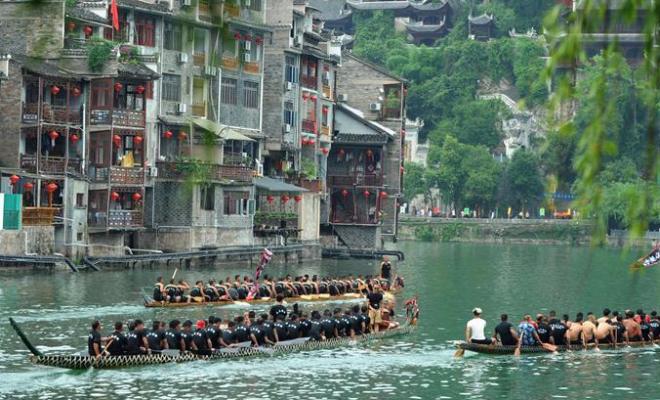 贵州镇远:龙舟竞渡迎端午