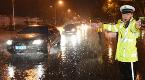 强降雨突袭石家庄 2000余名防汛人员上街排水保畅通