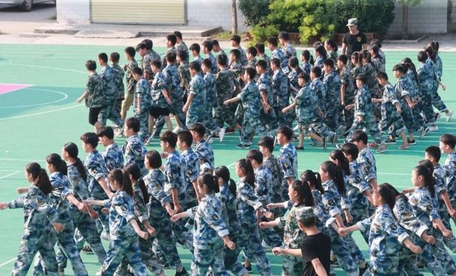 开封:天气酷热军训忙