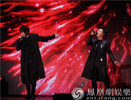 黄渤空降五月天演唱会 阿信合唱《一出好戏》主题曲