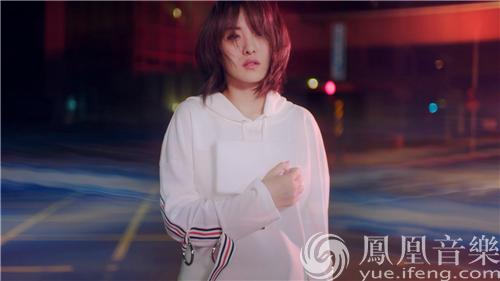 习谱予发布《霓虹》MV 迷幻光影诠释孤独