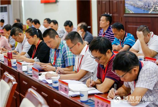 陵水召开十四届县委理论学习中心组第二十次(扩大)学习会 传达