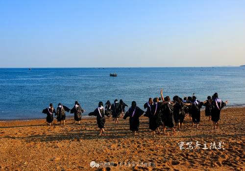 """这个海滩名叫""""十里黄金海岸"""",是中国北方最大最好的海滨浴场,沙滩上"""