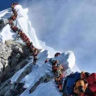 珠峰拥堵 当日约320?#35828;?#24453;登顶
