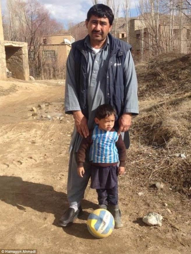 为了给阿玛迪更好的生活,艾哈迈迪早前带同两名儿子离开阿富汗,逃到巴基斯坦城市奎达。(图片取自每日邮报)