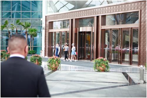 大v小v入住成都希尔顿酒店-国际网红大V小V低调抵达成都 百年年薪签