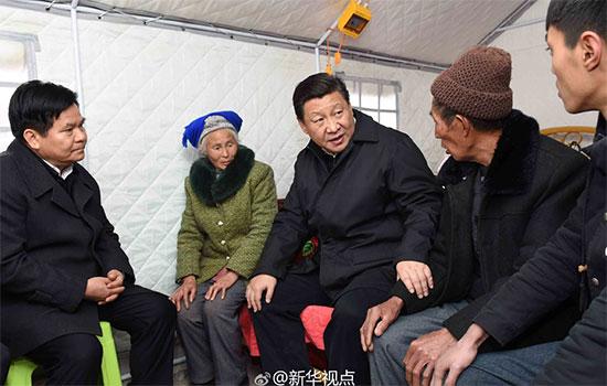 2015年1月19日,习近平视察云南鲁甸地震灾区,习近平走进邹体富老俩口和孙子住的帐篷,吃饭、补助、新房规划、收入来源……他问得十分仔细。