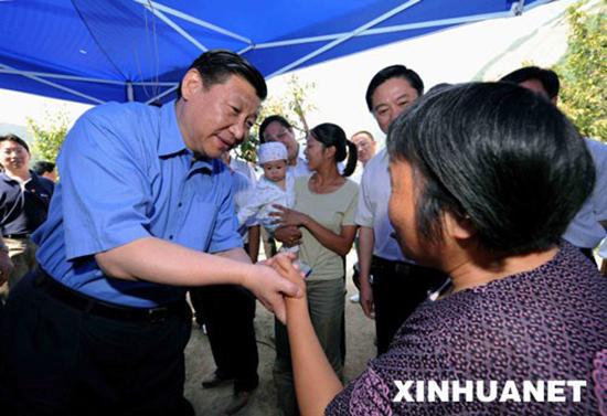 2008年6月28日,习近平在平武县平通镇看望受灾群众。 新华社记者饶爱民