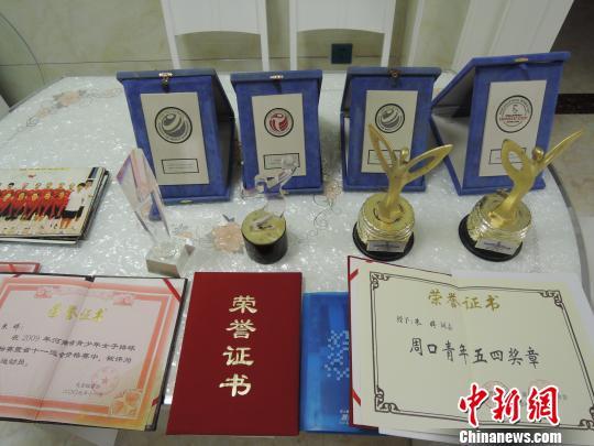 在朱婷位于郸城县的新家里,她获得的一系列奖杯和证书成了家里最显眼的装饰品。 韩章云摄
