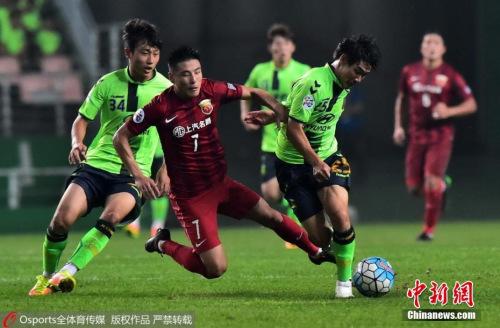 當地時間9月13日,2016亞冠聯賽迎來1/4決賽次回合較量。在韓國全州世界杯體育場,上海上港(紅)以0-5慘敗于全北現代腳下止步八強。全北現代半決賽的對手將在FC首爾和山東魯能之間產生。圖片來源:Osports全體育圖片社