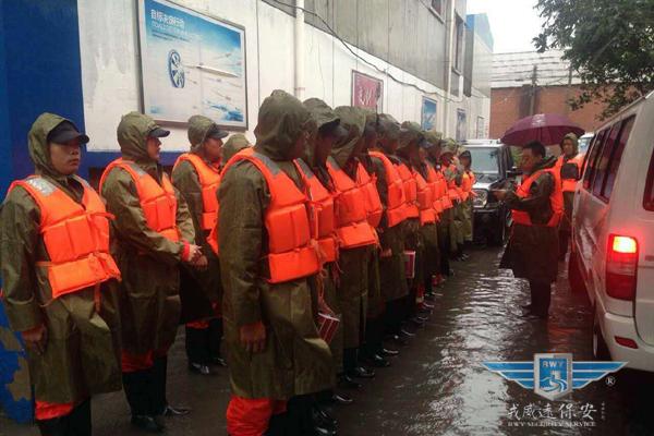 大雨中 戎威远保安在行动