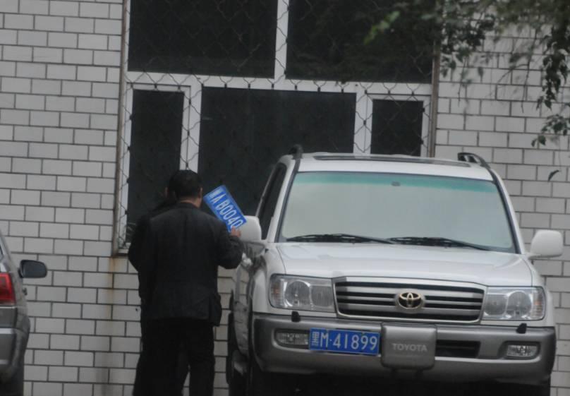 """黑龙江一局长开假牌车 记者调查时对方称""""整死你"""""""
