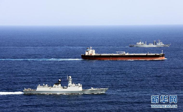 中国海军第十四批、十五批护航编队舰艇在亚丁湾海域为商船实施安全护送。(资料图)